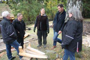 Från vänster Stig Andreasson, Bengt Larsson, Skansens Hasse Adamsson, Erik Hjärtfors och Carita Hammarström studerar takfotskrokar.